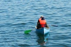 Canoa verde blu arancione Fotografie Stock Libere da Diritti