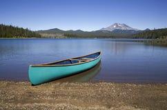 Canoa verde su un puntello del lago immagine stock libera da diritti