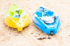 Canoa vuota luminosa due alla spiaggia di sabbia Immagine Stock