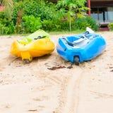 Canoa vuota luminosa due alla spiaggia di sabbia Immagini Stock