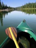 Canoa y paleta Fotografía de archivo libre de regalías