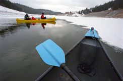 Canoa y paleta Foto de archivo libre de regalías