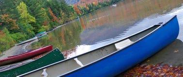Canoas ao longo da praia imagem de stock