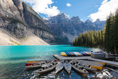 Canoas bij morenemeer Alberta Canada stock afbeeldingen