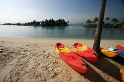 Canoas brillantes en la playa asoleada Imagen de archivo