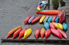 Canoas coloridas en muelle Fotografía de archivo libre de regalías