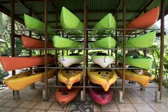Canoas coloridas na cremalheira Imagens de Stock Royalty Free