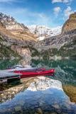 Canoas del rojo de Hara del ` del lago O fotos de archivo libres de regalías