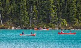 Canoas en el agua azul de Lake Louise Fotografía de archivo libre de regalías