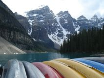 Canoas en el lago Moarine imagen de archivo