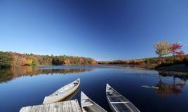 Canoas en el lago Wah-Tuh, Maine, Nueva Inglaterra Fotos de archivo
