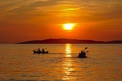 Canoas en el mar adriático y la puesta del sol Foto de archivo libre de regalías