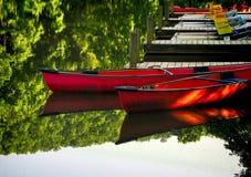 Canoas en el muelle 3 foto de archivo