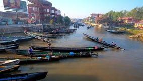 Canoas en Nyaungshwe, Myanmar almacen de video