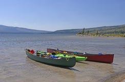 Canoas en un lago wilderness Foto de archivo