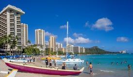 Canoas hawaianas que esperan a turistas en la playa de Waikiki Fotos de archivo
