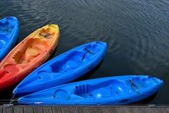 Canoas na água azul no lago fotos de stock