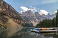 Canoas na moraine do lago, Canadá imagem de stock royalty free