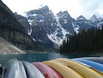 Canoas no lago Moarine imagem de stock