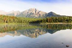 Canoas på den Banff nationalparken Kanada Royaltyfri Bild