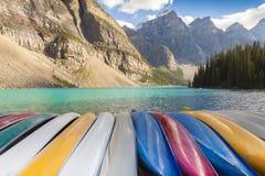 Canoas på morän den sjöBanff nationalparken Royaltyfri Bild