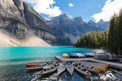 Canoas på moränsjön Alberta Canada Arkivbilder