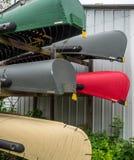 Canoas para la venta en un racl Imagenes de archivo