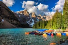 Canoas parque nacional em Rocky Mountains, Alberta no lago moraine, Banff, Canadá imagens de stock royalty free