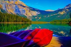 Canoas que esperan en Emerald Lake Imágenes de archivo libres de regalías