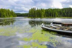 Canoas que flotan en un lago en Quebec, Canadá foto de archivo libre de regalías