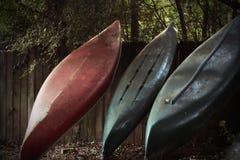 Canoas que se inclinan en una cerca Imagen de archivo