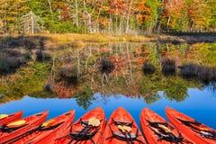 Canoas rojas pintorescas Fotografía de archivo