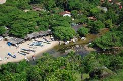 Canoas tropicales de la playa de la isla - Ilhabela, el Brasil Foto de archivo