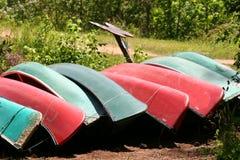 Canoas verdes y rojas Imagen de archivo libre de regalías
