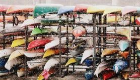 Canoas y nieve de los colores foto de archivo