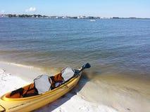Canoe à la plage d'une aucune île de corps Photographie stock libre de droits