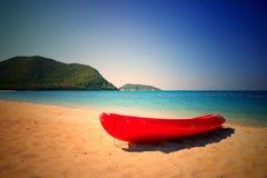 Canoe на красивом пляже в острове san samae - Таиланде Стоковая Фотография RF