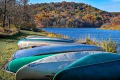 Canoe allineate dal lago devils Immagini Stock