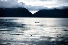Canoe au lac Maninjau, Sumatra, Indonésie Images libres de droits