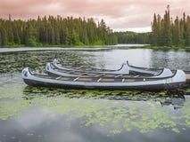 Canoe che galleggiano su un lago pacifico, Quebec, Canada fotografie stock