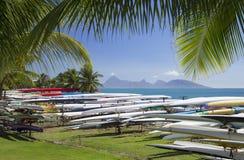 Canoe di intelaiatura di base della gru in Jardins de Paofai, Pape'ete, Tahiti, Polinesia francese fotografie stock