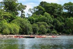 Canoe e kajak su Derwentwater Immagini Stock