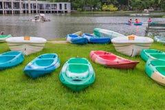 Canoe em um lago no jardim no parque público imagens de stock royalty free
