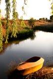 Canoe en los bancos de la corriente silenciosa Fotos de archivo