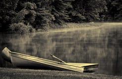Canoe gemellare sul lago nebbioso Fotografia Stock Libera da Diritti
