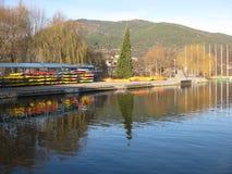 Canoe immagazzinate aspettando la concorrenza di rematura immagine stock