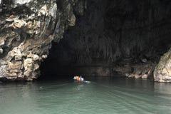 Canoe na entrada da caverna de Tham Kong Lo foto de stock royalty free