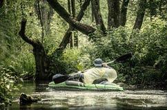 Canoe nebelhafter See stockfotografie