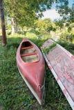 Canoe no banco, na frente de um rio foto de stock royalty free