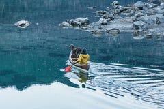 Canoe no lago azul calmo, Aibsee, Alemanha imagem de stock
